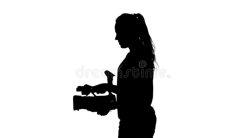 filmkonst Arbete av operatören i studion vitt silhouette stock video