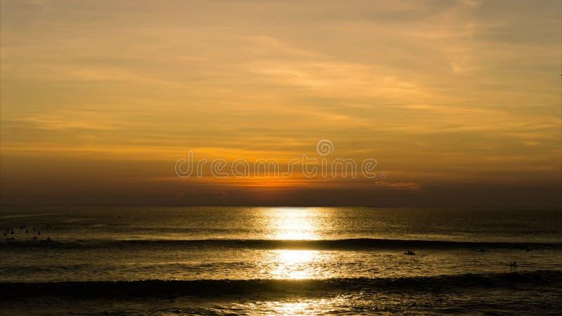 Filmkonst av solnedgången över havet - Timelapse av den härliga orange solinställningen på havet - Time-schackningsperiod på vatt lager videofilmer
