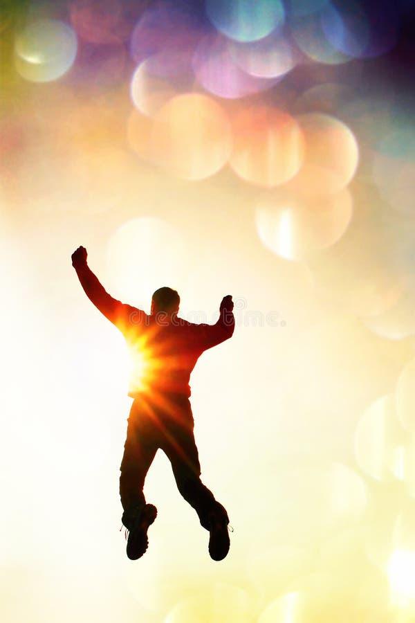 Filmkorn Manfluga i luft Man som ner faller med händer upp Sol och färgrik himmelbakgrund Tonad effekt för tappning stil arkivfoton