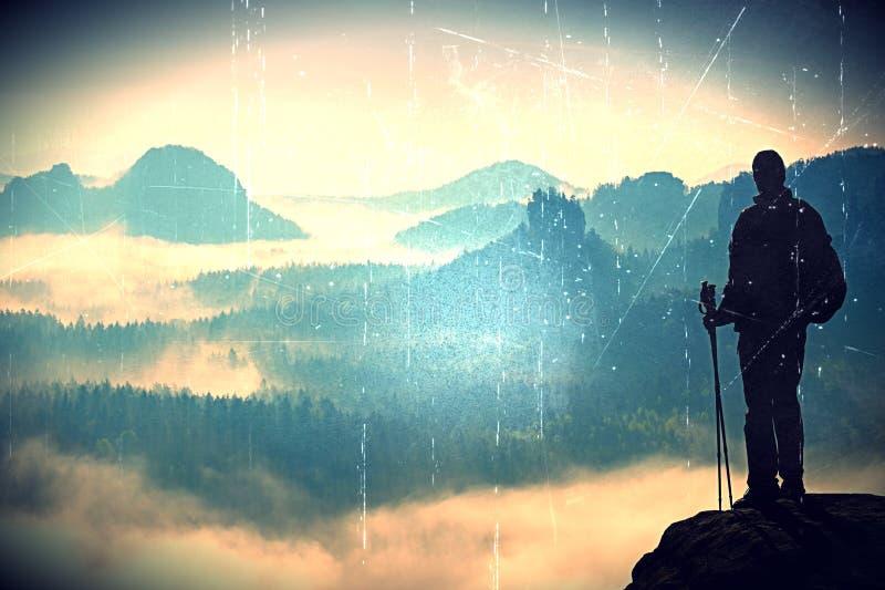 Filmkorn Schattenbild des Touristen mit Pfosten in der Hand Sonniger Frühlingstagesanbruch in den felsigen Bergen Wanderer mit sp stockbilder