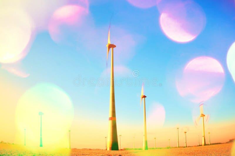 Filmkorn Vindturbiner producera elektrisk energi inom solig vårmorgon Tonad effekt för tappning stil arkivfoton