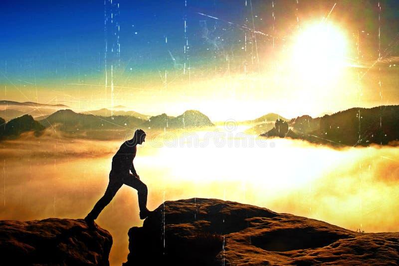 Filmkorn Wanderer im Schwarzen springt zwischen die felsigen Spitzen Wunderbarer Tagesanbruch in den felsigen Bergen, schwerer or stockbilder