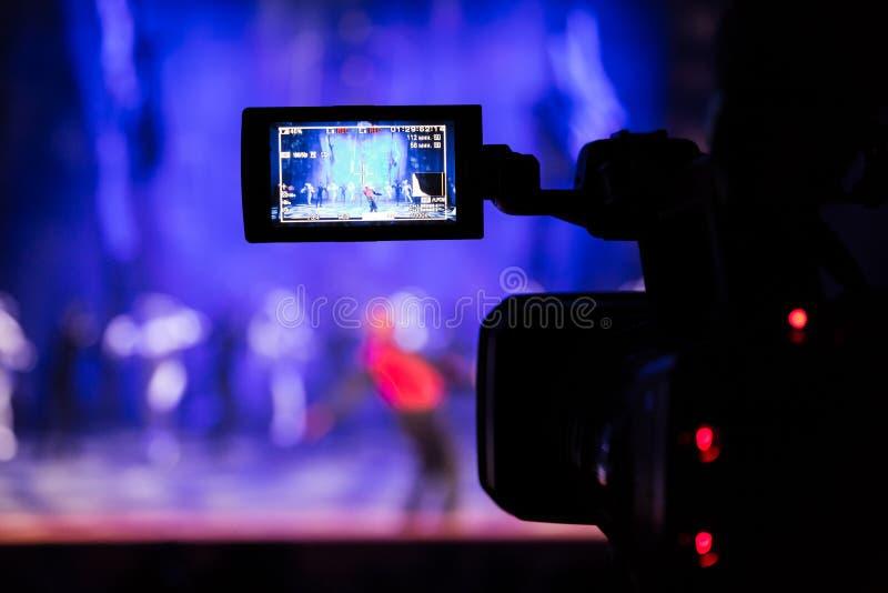 Filmować przedstawienie od audytorium LCD viewfinder na kamera wideo Teatralnie występ Aktorzy na scenie obraz stock