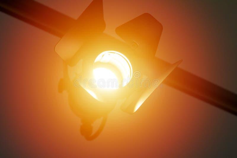 Filmowy lampowy reflektor z zasłonami zawieszać na promieniu jaskrawy błyszczy zdjęcie royalty free