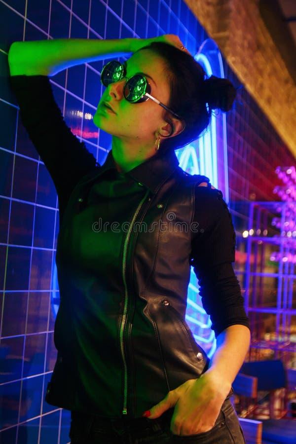 Filmowy noc portret dziewczyna i neonowi światła zdjęcie royalty free