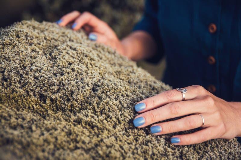 Filmowy widok thoughtfull kobieta dotyka kamiennego mech w naturze i wymienia emoci energię w depresji obraz royalty free
