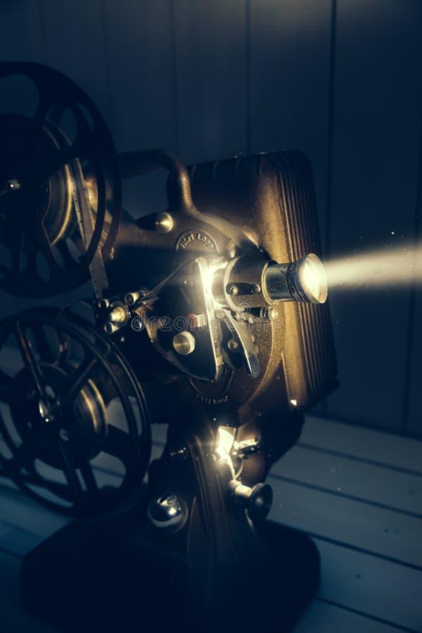 Filmprojektor mit drastischer Beleuchtung lizenzfreies stockbild