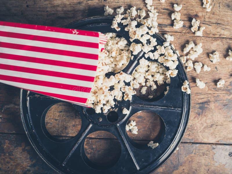 Filmrulle och popcorn