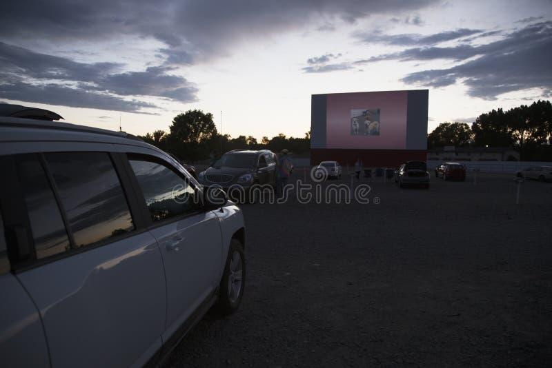 Filmtittare i bil på stjärnan kör i filmbiografen, Montrose, Colorado, USA royaltyfri fotografi