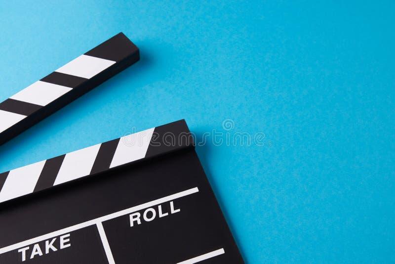 Filmu clapper deska na błękitnym tle obrazy royalty free