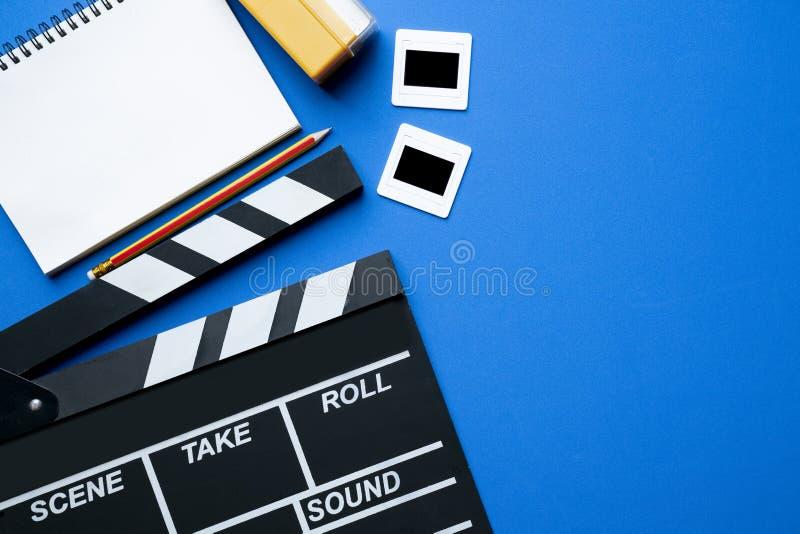 Filmu clapper na błękitnym tle zdjęcia stock