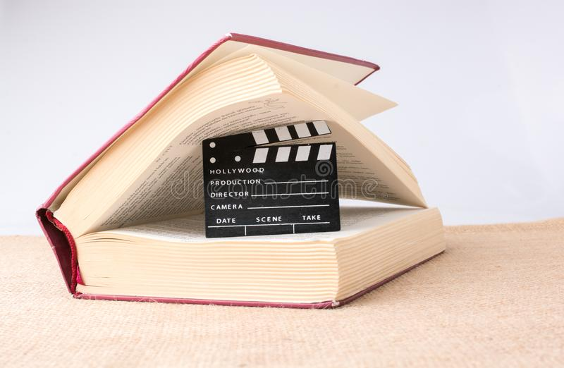 Filmu clapper obok książki na kanwie obraz royalty free
