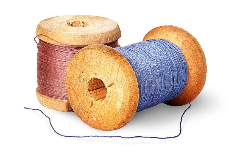 Filo colorato differente due sulle bobine di legno immagini stock