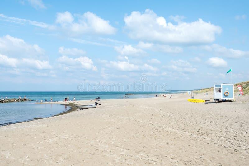 Filo di Liseleje denmark 28 luglio 2019: Bella spiaggia della sabbia di mare e bello cielo nuvoloso nave Rilassamento fotografie stock