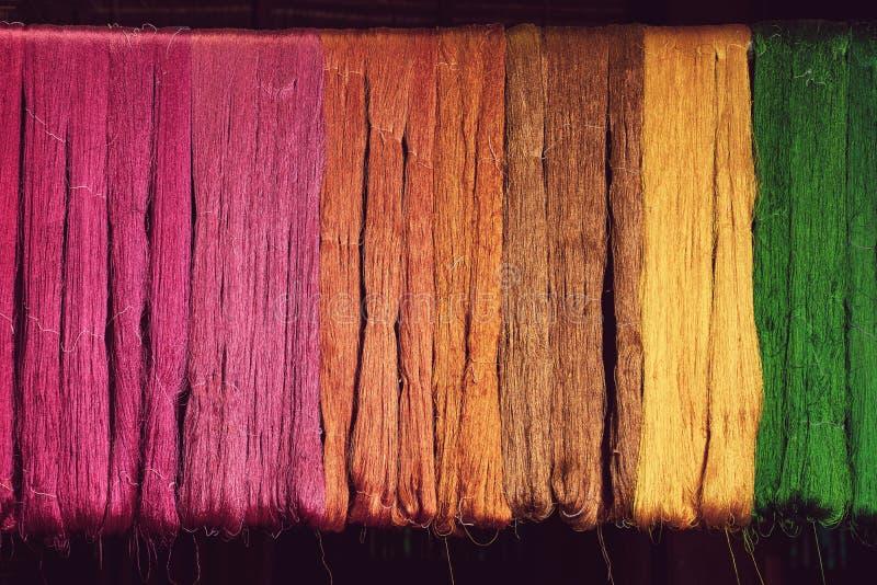 Filo di seta da colore naturale della tintura alla tessitura immagini stock libere da diritti