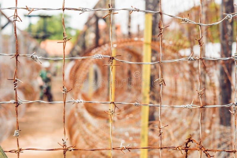 Filo spinato, una prigione di recintare e la siluetta di una prigione Gu fotografie stock