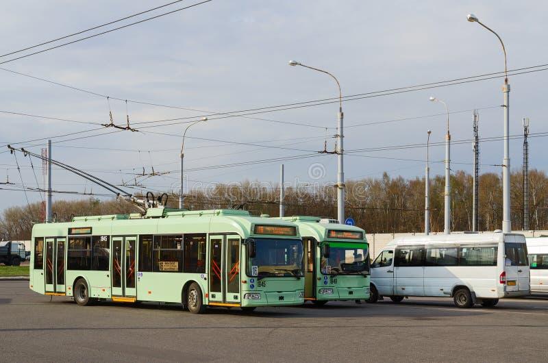 Filobus e taxi alla fermata finale, Homiel', Bielorussia fotografie stock