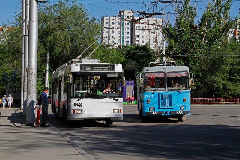 Filobus Trolza-5275 del passeggero un ` di 05 optimum del ` ed assistenza tecnica KGT-1 del filobus che sta alla fermata dell'aut fotografia stock libera da diritti