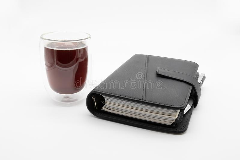 Filofax和咖啡,在白色背景 免版税图库摄影