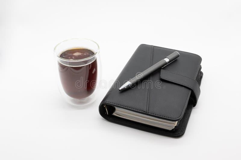 Filofax和咖啡,隔绝在白色背景 免版税库存图片