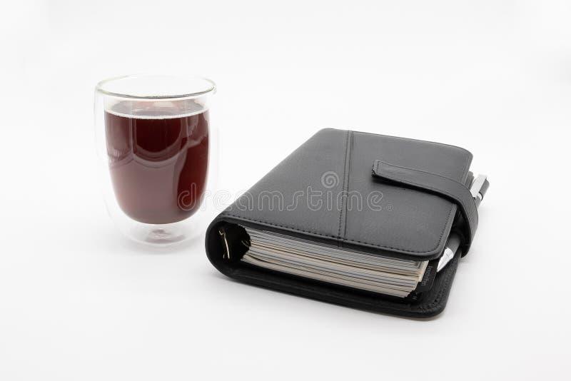 Filofax und Kaffee, auf weißem Hintergrund lizenzfreie stockfotografie
