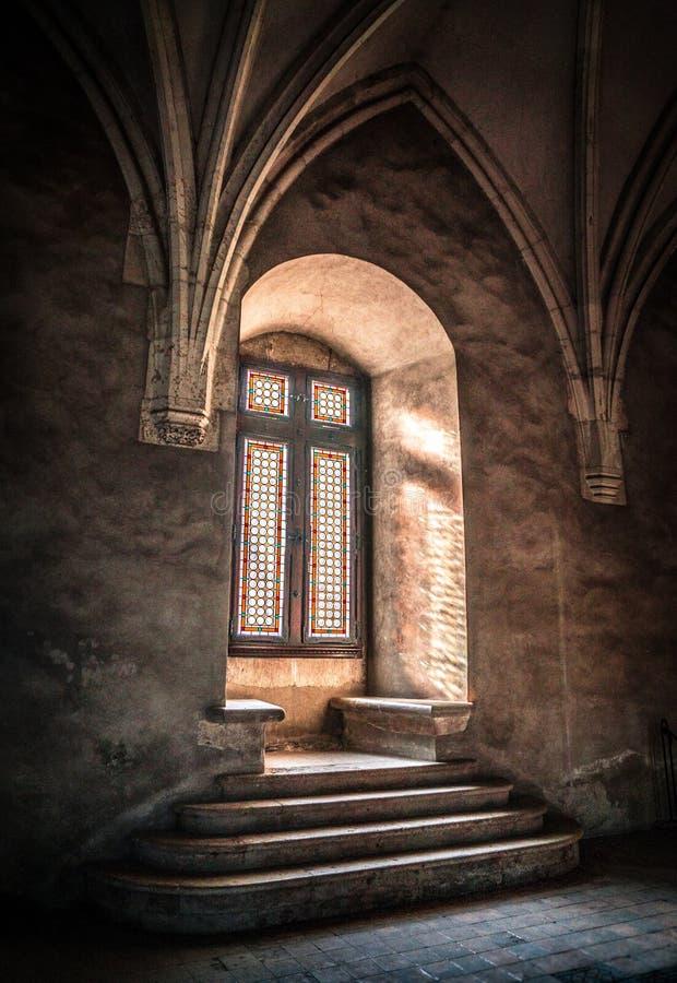 Filon-couche médiéval de fenêtre avec le verre souillé dans le château de Corvin photographie stock