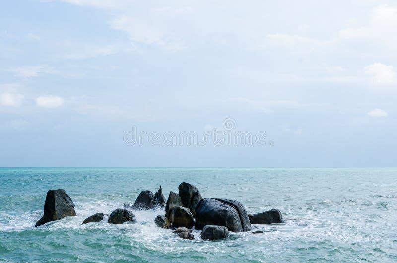 Filones grandes en el medio del mar foto de archivo
