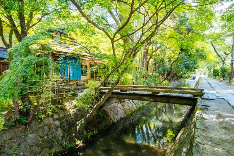 Filosofen går i Kyoto Japan arkivbilder