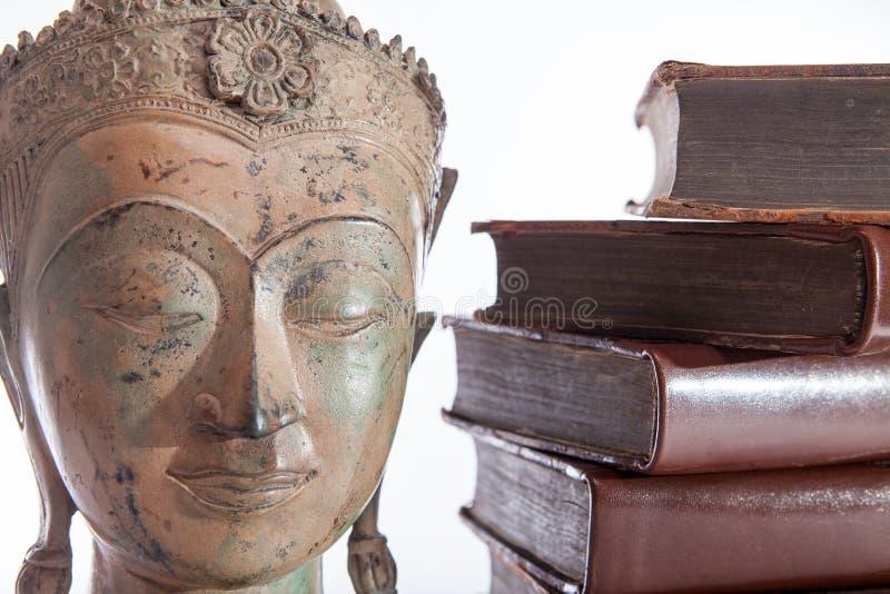 Filosofie en ethiek Het standbeeld van filosoofBuddha en oud royalty-vrije stock afbeeldingen