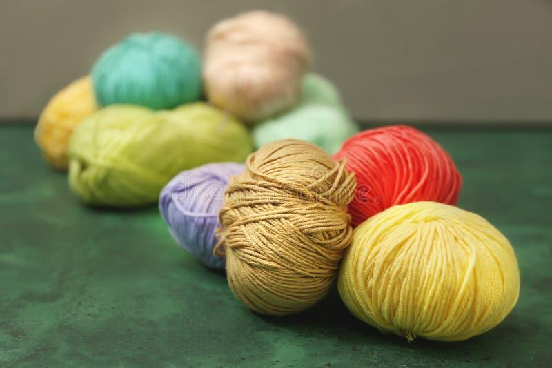 Fils à tricoter colorés sur la table photographie stock