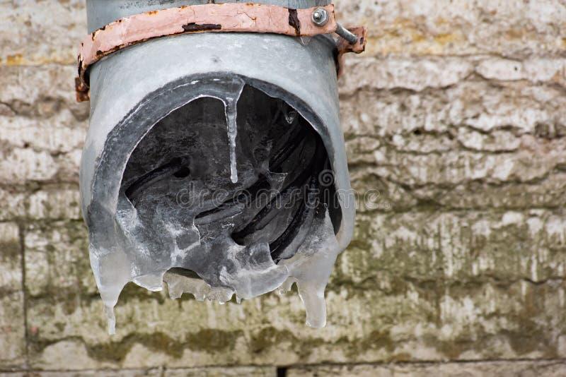 Fils électriques congelés dans le drain photographie stock