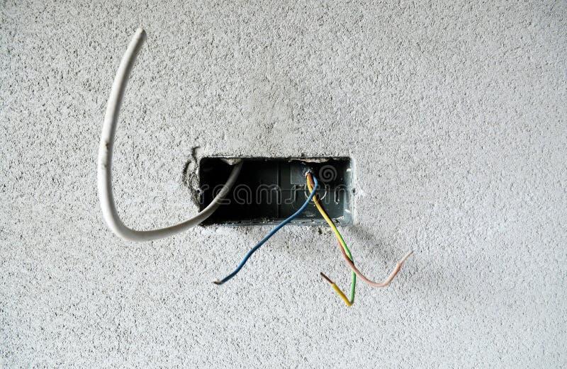 Fils électriques dans le mur photo libre de droits