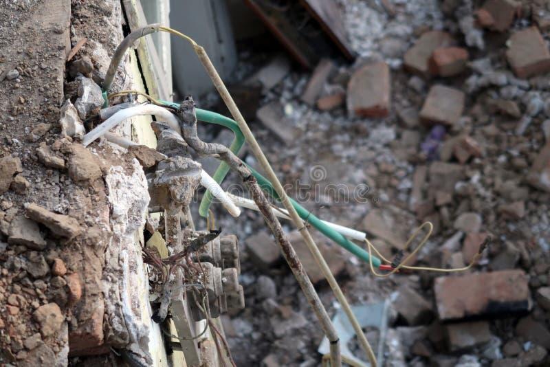 Fils électriques de plafond de maison démolie photographie stock libre de droits