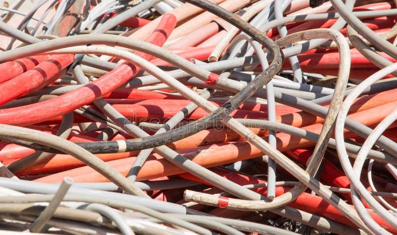 Fils électriques et d'autres longueurs de câblage cuivre dans la décharge de photographie stock libre de droits