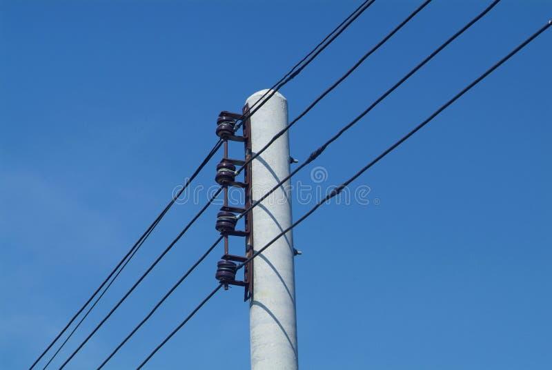 Fils électriques sur un pôle de fer photographie stock libre de droits