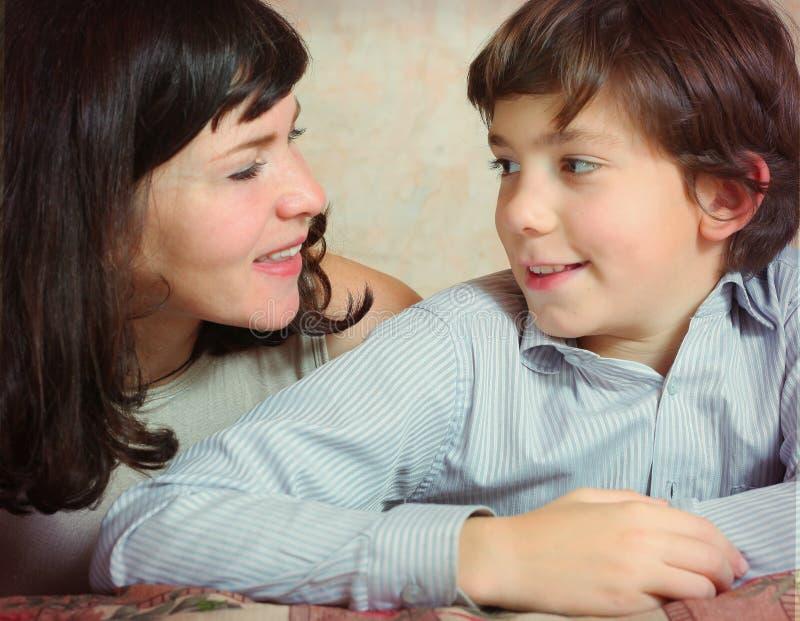 Fils beau de beau baiser de mère photo stock