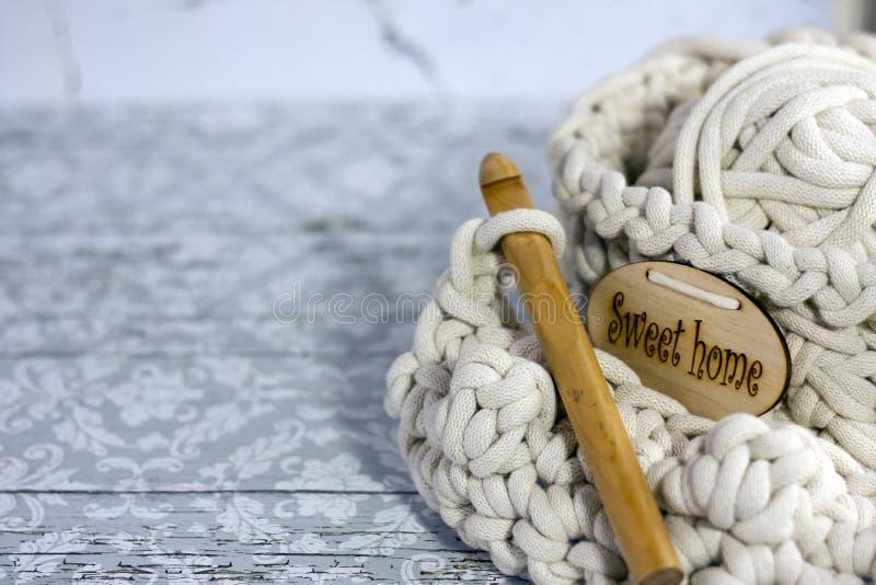 Fils dans le panier avec des crochets de crochet dans des couleurs harmonieuses tricotant, approvisionnements faisants du crochet image libre de droits