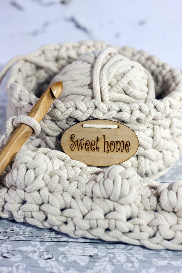 Fils dans le panier avec des crochets de crochet dans des couleurs harmonieuses tricotant, approvisionnements faisants du crochet image stock