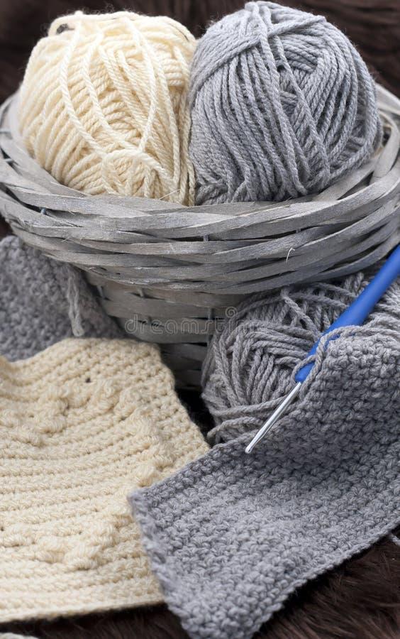 Fils dans le panier avec des crochets de crochet dans des couleurs harmonieuses tricotant, approvisionnements faisants du crochet images stock