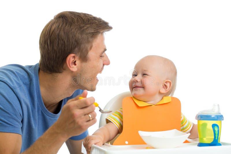 Fils de alimentation de bébé de père photos libres de droits