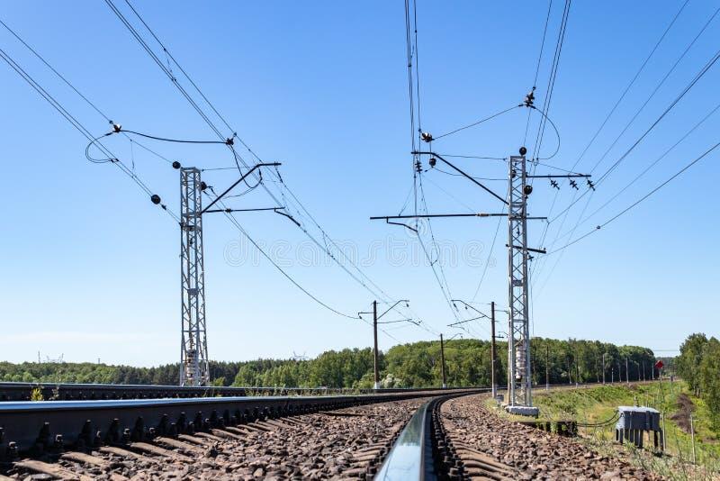 fils de contact et rails de large mesure dans la perspective de la journée de printemps transport ferroviaire d'industrie, logist images stock