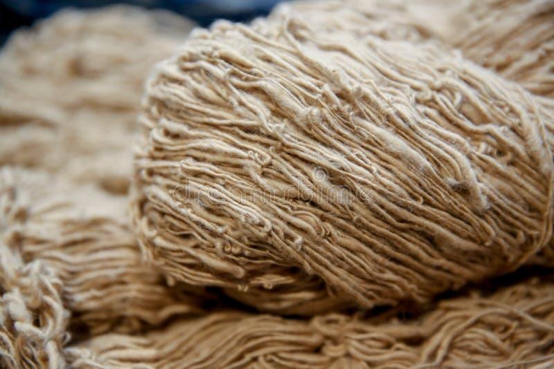 Fils de coton thaïlandais faits main pour la fleur de coton, corde naturelle de coton, la couleur naturelle organique crue de fil images libres de droits