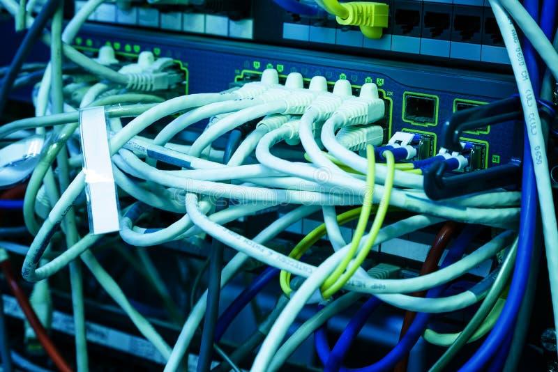 Fils des connecteurs de routeur d'Internet, serveur de réseau au centre de traitement des données moderne images libres de droits