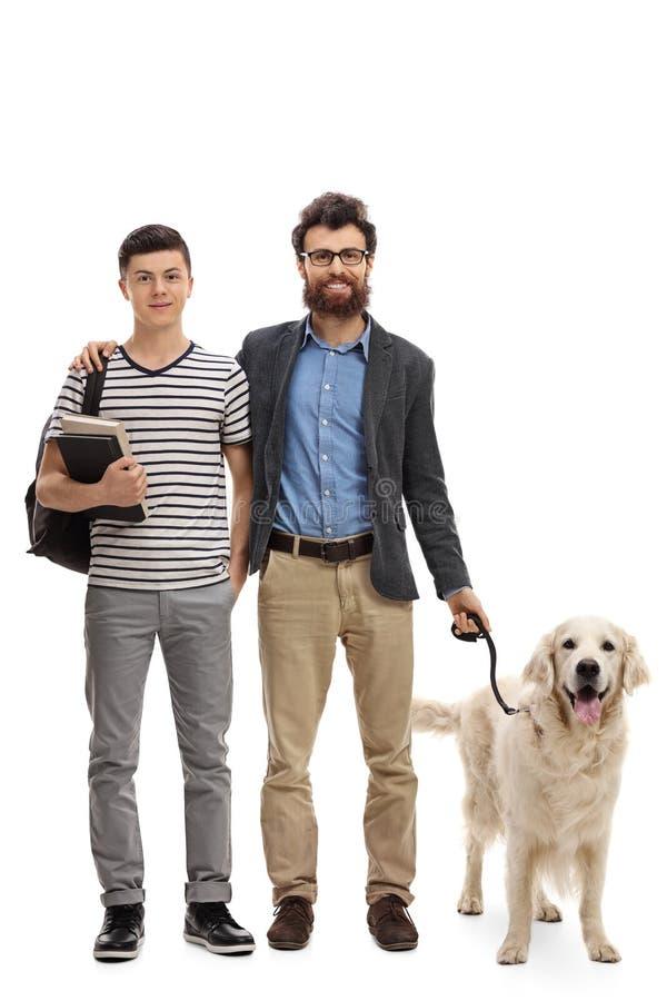 Fils et un père avec un chien photos libres de droits