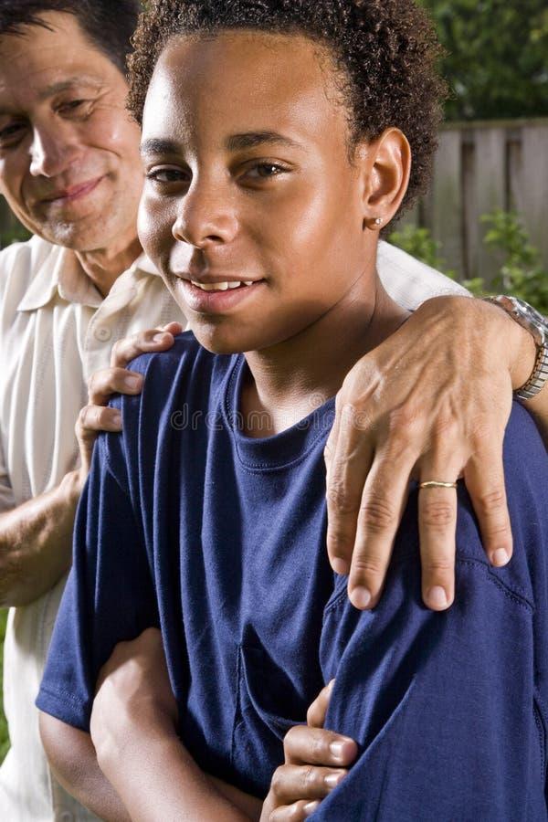 fils interracial de père photos libres de droits