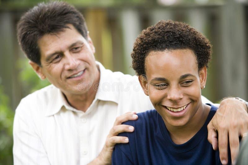 fils interracial de père image stock