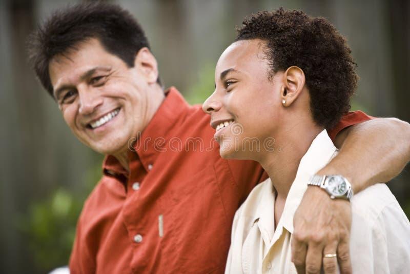 fils interracial de père d'adolescent images stock