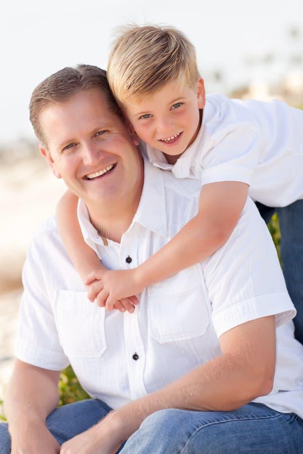 Fils mignon avec son portrait beau de papa dehors photos stock