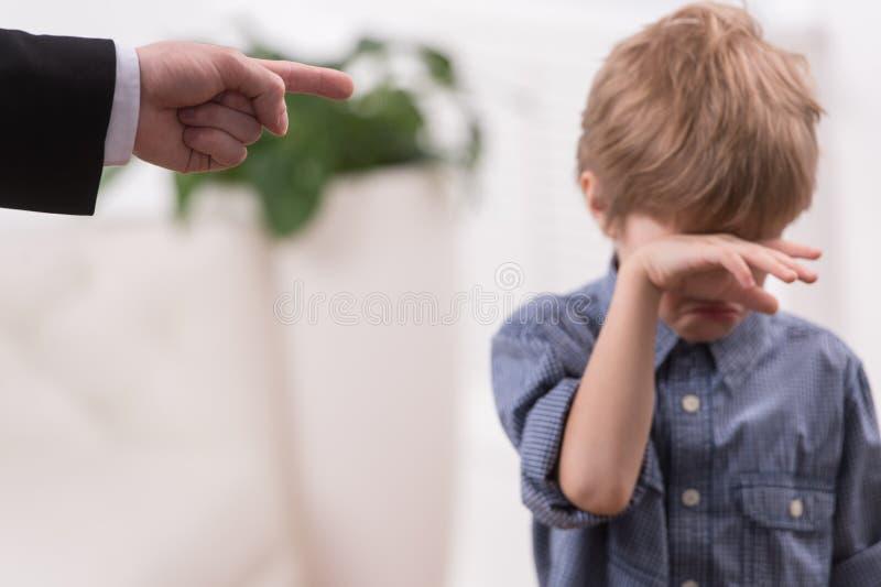 Fils vilain de discipline stricte de père image stock