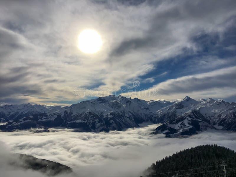 Filten av moln över Zell f.m. ser, Österrike fotografering för bildbyråer